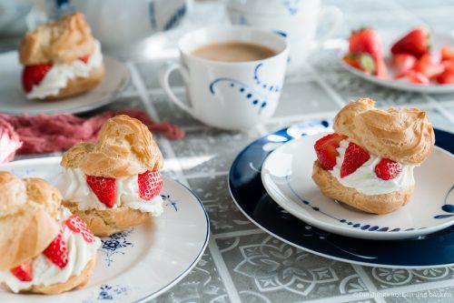 Windbeutel 7 | Kuchen, Torte und Erdbeeren, darauf freue ich mich immer wie ein kleines Kind! Ihr auch? Irgendwie lieben wir beide aromatische Erdbeeren in allen Formen und daher sind sie natürlich auch zum Backen die perfekten Begleiter. Allerdings backen wir heute gar nicht so richtig, denn unsere Erdbeer-Tiramisu Torte benötigt gar keinen Ofen! Unsere Kenwood Cooking Chef XL und einen Kühlschrank ...mehr braucht es nicht zu diesem himmlischen Genuss.