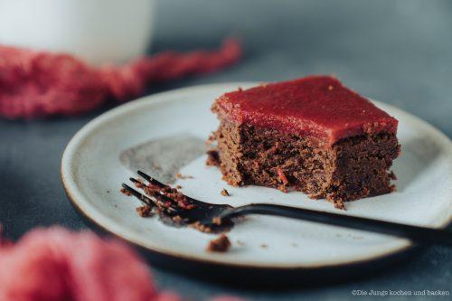 Zucchini Brownies 4   Kuchen, Torte und Erdbeeren, darauf freue ich mich immer wie ein kleines Kind! Ihr auch? Irgendwie lieben wir beide aromatische Erdbeeren in allen Formen und daher sind sie natürlich auch zum Backen die perfekten Begleiter. Allerdings backen wir heute gar nicht so richtig, denn unsere Erdbeer-Tiramisu Torte benötigt gar keinen Ofen! Unsere Kenwood Cooking Chef XL und einen Kühlschrank ...mehr braucht es nicht zu diesem himmlischen Genuss.