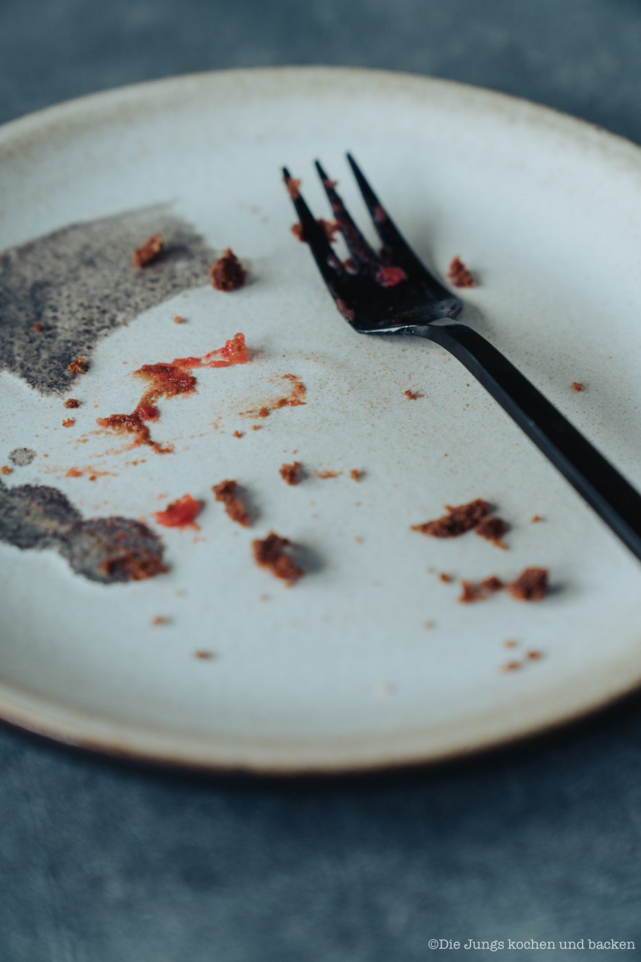 Zucchini Brownies 8 | Jetzt haben wir es doch tatsächlich geschafft, unseren Hashtag #ausversehenvegan einmal nicht wirklich verwenden zu können. Warum? Wir haben dieses Mal mit absoluter Absicht ein Rezept ausklamüsert, das von vornherein vegan sein sollte. Und da wir zu Ostern in diesem Jahr es nicht geschafft haben, unseren Carrot Cake zu backen, musste unbedingt ein Gemüse da hinein. Unsere Wahl fiel auf Zucchini. Und herausgekommen sind herrlich leckere, schokoladige und saftige Zucchini-Browinies.