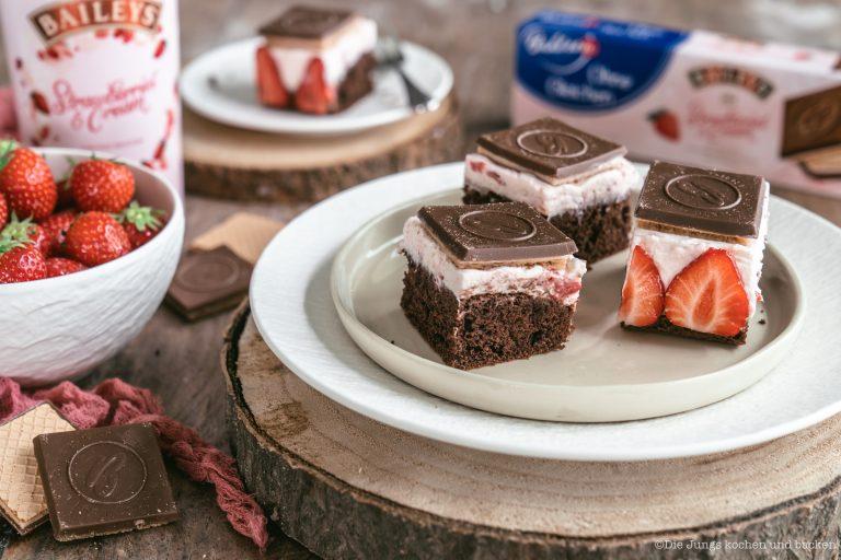 Rezept für fruchtige Erdbeerschnitten mit Schokowaffel-Deckel . Perfekt für den Muttertag und alle anderen Gelegenheiten mit den Liebsten zu genießen! #UnsereMomente #BAHLSENmeetsBAILEYS #backen #Rezepte #blechkuchen