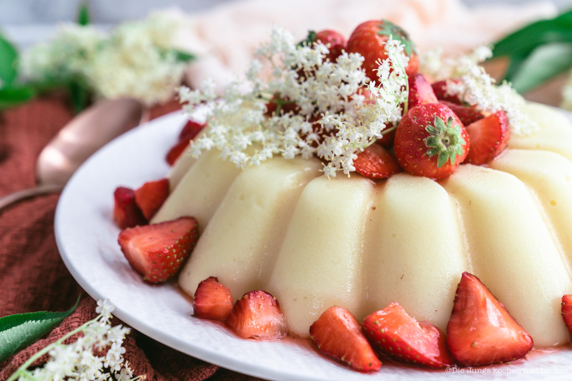 Rezept für gestürzten Holunderblütenpudding mit Erdbeeren. Ein tolles Dessert, das auch noch ein Hingucker ist! Der Pudding lässt sich easy vorbereiten und ist schnell gemacht. #holunderblütensirup #dessert #rezepte