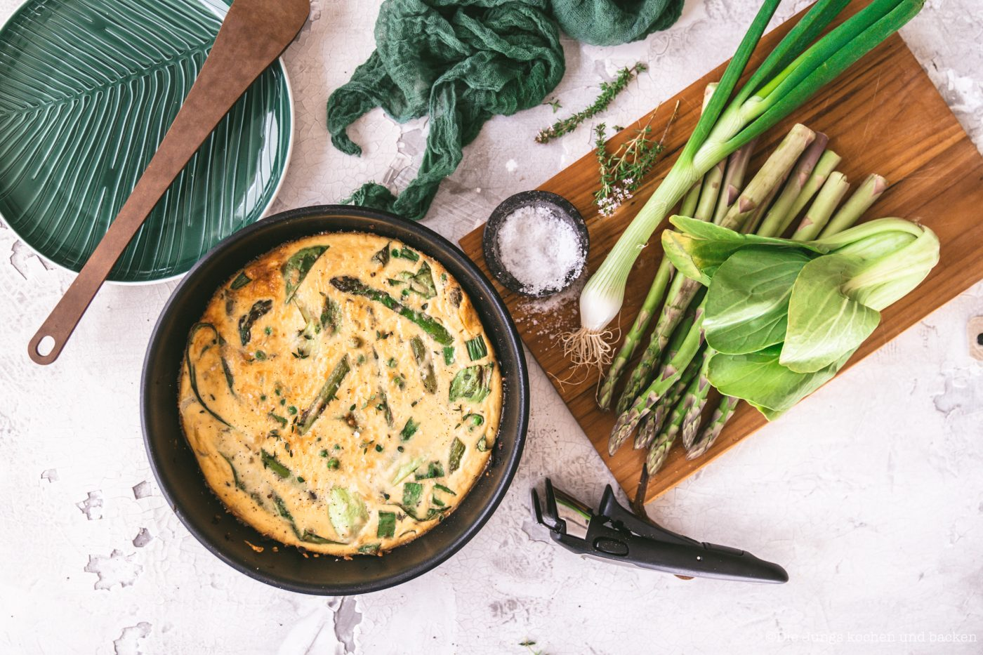 Spargel Frittata 10 | Heute ist der Tag der Kartoffel. Und wir feiern das leckere Gemüse mit unserem Abschlussrezept in unserer Kartoffelwoche. Nachdem wir euch schon ein Parfait und einen Kuchen mit der Kartoffel gezeigt haben, ist heute ein geniales Ofenkartoffel Rezept an der Reihe. Aber keine Sorge es wird sommerlich und unsere Sommer-Kartoffeln mit Burratamit seinem feinen Zitronenaroma aus der Tefal Ingeniopasst perfekt zu den sommerlichen Temperaturen momentan - aber auch zu jeder anderen Gelegenheit.