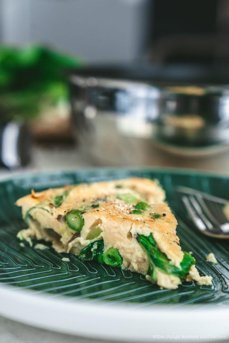 Spargel Frittata 18 | Wir sind ja große Fans der schnellen Feierabendküche! Momentan sind wir abends ganz oft auf dem Rad unterwegs und dann muss das Abendessen flott gehen. Aber auch zur Mittagspause im Home Office ist uns ein schnelles Gericht mehr als recht - aufwändig wird dann am Wochenende gekocht. Eines unserer zur Zeit liebsten Rezepte ist die Frittata - und durch unsere Tefal Ingenio Pfanne ist diese Spargel Frittata ruckzuck auf dem Herd, im Ofen und dann dampfend und duftend auf dem Tisch!