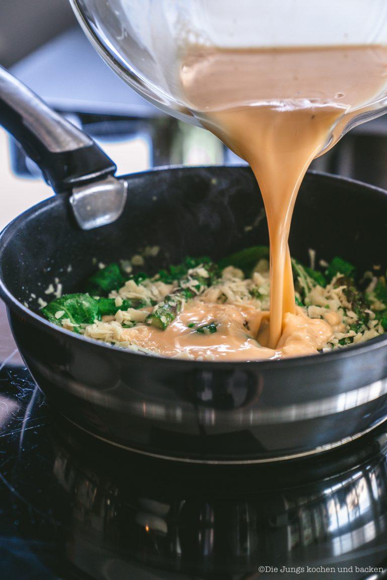 Spargel Frittata 5 | Wir sind ja große Fans der schnellen Feierabendküche! Momentan sind wir abends ganz oft auf dem Rad unterwegs und dann muss das Abendessen flott gehen. Aber auch zur Mittagspause im Home Office ist uns ein schnelles Gericht mehr als recht - aufwändig wird dann am Wochenende gekocht. Eines unserer zur Zeit liebsten Rezepte ist die Frittata - und durch unsere Tefal Ingenio Pfanne ist diese Spargel Frittata ruckzuck auf dem Herd, im Ofen und dann dampfend und duftend auf dem Tisch!