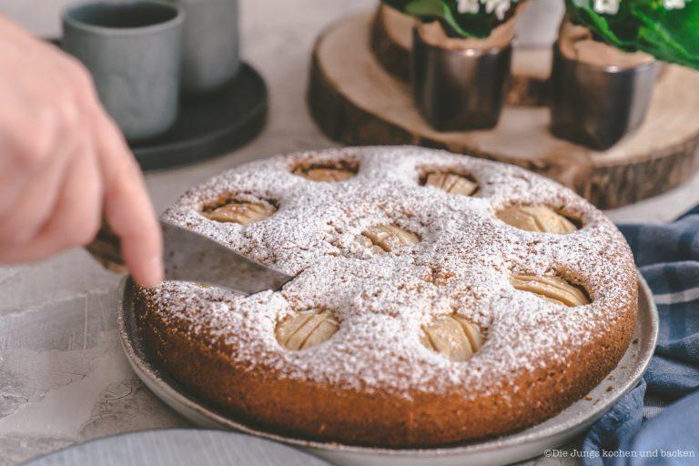 Versenktert Apfelkuchen 4 | Wie so viele Rezepte hier bei uns auf dem Blog, ist auch dieses Kuchenrezept eins von denen, die Oma Lore regelmäßig gebacken hat. Versenkter Apfelkuchen kam zwar nicht zu einer bestimmten Gelegenheit, wie Geburtstag oder Weihnachten oder zu irgend einem anderen fixen Termin auf den Tisch. Sie hat ihn einfach immer dann gebacken, wenn sie schnell einen Kuchen fertig haben musste. Zum Beispiel wenn sich kurzfristig Besuch angekündigt hatte.