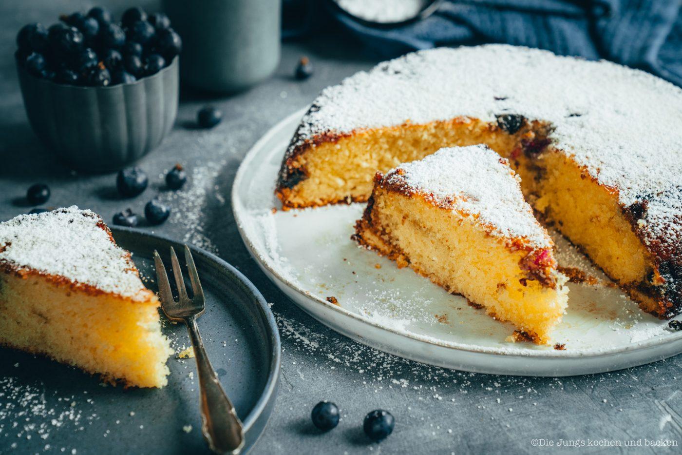 Rezept für einen saftigen Blaubeerkuchen. Einfetten, bemehlen & Co sind Geschichte - dieser Kuchen kommt direkt aus der Pfanne. #rezepte #einfacherezepte #rezeptefürjedentag #foodblogger #schnellerezepte