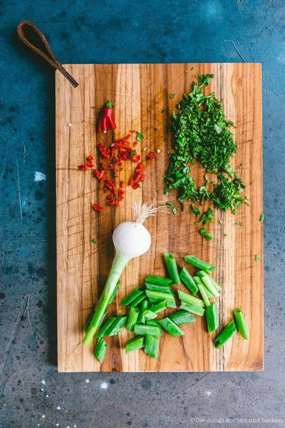 Kichererbsensalat mir Knusper Erdnüssen ültje 11 | Endlich haben wir mal wieder einen Salat für euch im Gepäck. Ein leckerer Salat ist nämlich nicht nur Begleiter, sondern kann und darf gerne mal das Highlight sein.Ganz egal, ob zum Grillen, als Feierabendküche oder als Vorspeise!! Gemeinsam mit unserem Partner ültje haben wir unsere liebsten Aromen wie Curry, Kurkuma und Chili in einem super einfachen und noch viel schnelleren Kichererbsensalat mit Knusper-Erdnüssen und Prawns vereint.