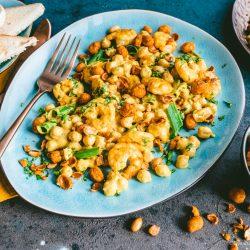 Kichererbsensalat mir Knusper Erdnüssen ültje 12 | Endlich haben wir mal wieder einen Salat für euch im Gepäck. Ein leckerer Salat ist nämlich nicht nur Begleiter, sondern kann und darf gerne mal das Highlight sein.Ganz egal, ob zum Grillen, als Feierabendküche oder als Vorspeise!! Gemeinsam mit unserem Partner ültje haben wir unsere liebsten Aromen wie Curry, Kurkuma und Chili in einem super einfachen und noch viel schnelleren Kichererbsensalat mit Knusper-Erdnüssen und Prawns vereint.