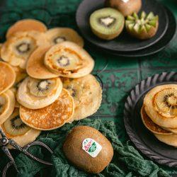 Rezept für schnelle Kiwi Pfannkuchen. Saftige Zespri Green Kiwi macht dieses Frühstück zum absoluten Glücklichmache! #food #rezepte #einfacherezepte #rezeptefürjedentag #foodblogger #schnellerezepte