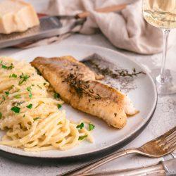 Rotbarsch World Ocean Day 12 | Wir lieben Fischgerichte - wie sieht das bei euch aus? Seit Kindertagen schon mag ich Fisch. So richtig aufgeblüht ist die Liebe aber erst während der ersten Urlaube am Meer. In Barcelona haben wir einige Fischrestaurants, die wir immer gerne besuchen. Fisch und die mediterrane Küche passen einfach sehr gut zusammen! Und damit wir auch in der Zukunft noch weitere spannende Rezept mit Fisch kreieren können, unterstützen wir den MSC zum diesjährigen Tag der Meere - dem World Ocean Day. Dieser lädt nämlich zum großen virtuellen Dinner und wir bringen Rotbarsch mit Parmesan-Spaghetti mit.