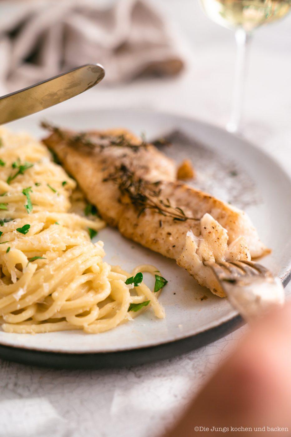 Rotbarsch World Ocean Day 16 | Wir lieben Fischgerichte - wie sieht das bei euch aus? Seit Kindertagen schon mag ich Fisch. So richtig aufgeblüht ist die Liebe aber erst während der ersten Urlaube am Meer. In Barcelona haben wir einige Fischrestaurants, die wir immer gerne besuchen. Fisch und die mediterrane Küche passen einfach sehr gut zusammen! Und damit wir auch in der Zukunft noch weitere spannende Rezept mit Fisch kreieren können, unterstützen wir den MSC zum diesjährigen Tag der Meere - dem World Ocean Day. Dieser lädt nämlich zum großen virtuellen Dinner und wir bringen Rotbarsch mit Parmesan-Spaghetti mit.