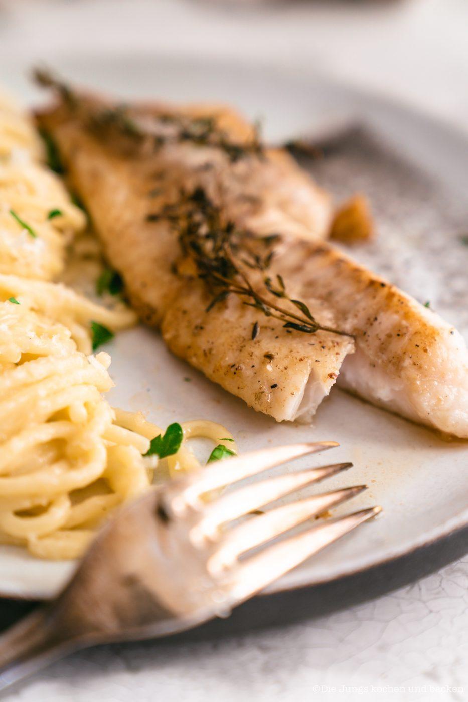 Rotbarsch World Ocean Day 17 | Wir lieben Fischgerichte - wie sieht das bei euch aus? Seit Kindertagen schon mag ich Fisch. So richtig aufgeblüht ist die Liebe aber erst während der ersten Urlaube am Meer. In Barcelona haben wir einige Fischrestaurants, die wir immer gerne besuchen. Fisch und die mediterrane Küche passen einfach sehr gut zusammen! Und damit wir auch in der Zukunft noch weitere spannende Rezept mit Fisch kreieren können, unterstützen wir den MSC zum diesjährigen Tag der Meere - dem World Ocean Day. Dieser lädt nämlich zum großen virtuellen Dinner und wir bringen Rotbarsch mit Parmesan-Spaghetti mit.