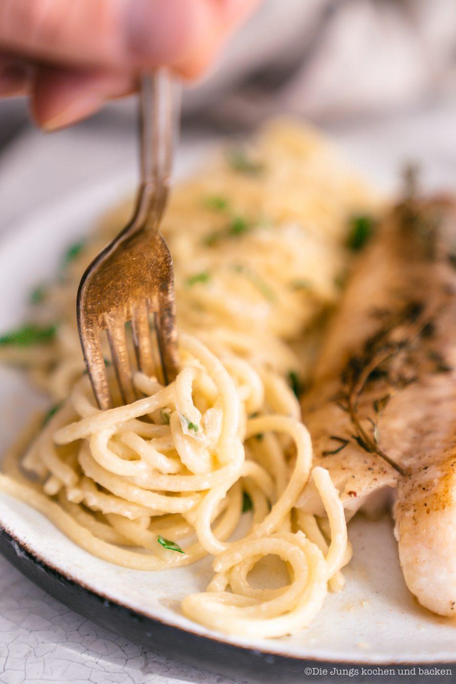 Rotbarsch World Ocean Day 18 | Wir lieben Fischgerichte - wie sieht das bei euch aus? Seit Kindertagen schon mag ich Fisch. So richtig aufgeblüht ist die Liebe aber erst während der ersten Urlaube am Meer. In Barcelona haben wir einige Fischrestaurants, die wir immer gerne besuchen. Fisch und die mediterrane Küche passen einfach sehr gut zusammen! Und damit wir auch in der Zukunft noch weitere spannende Rezept mit Fisch kreieren können, unterstützen wir den MSC zum diesjährigen Tag der Meere - dem World Ocean Day. Dieser lädt nämlich zum großen virtuellen Dinner und wir bringen Rotbarsch mit Parmesan-Spaghetti mit.
