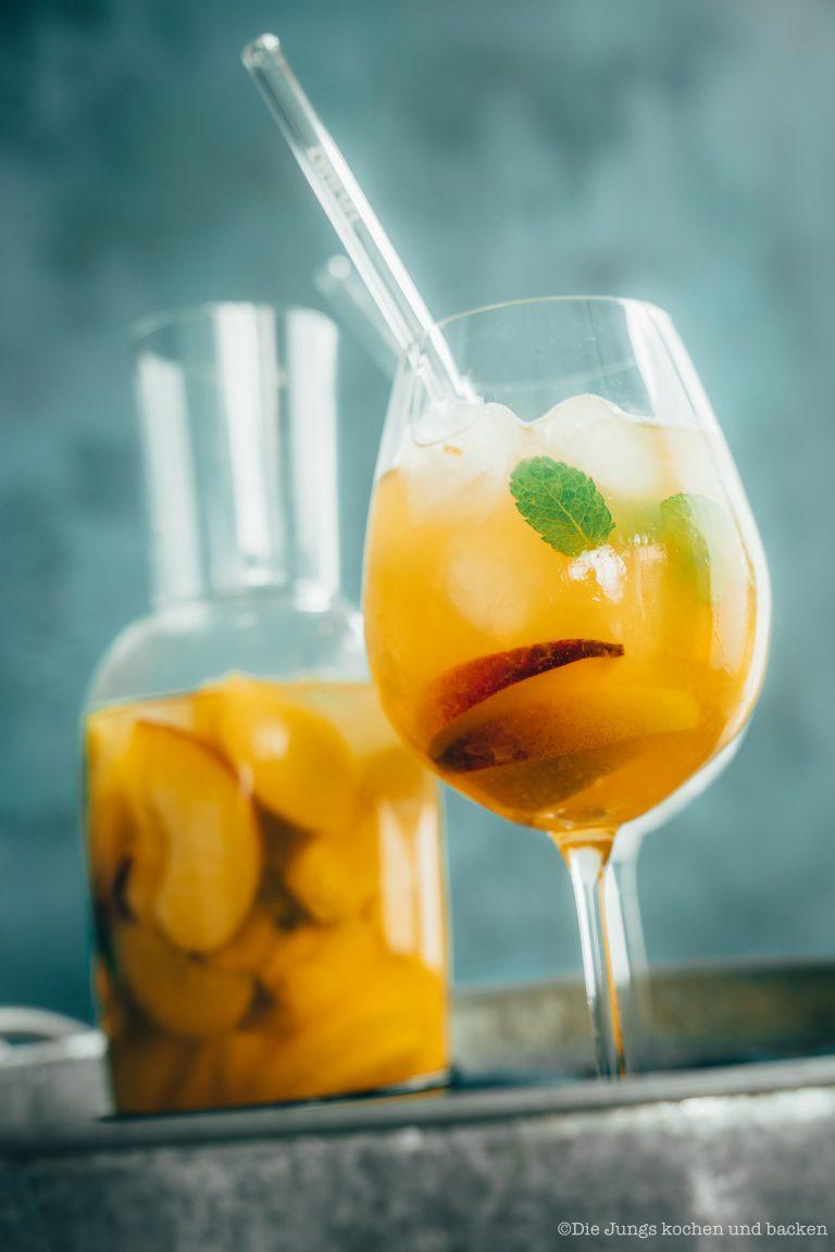 Sangria Del Mar ist unser Drink für sonnige Stunden auf dem Balkon. Dieser Drink befördert euch direkt in den Urlaub! #mixology #rezepte #einfacherezepte #rezeptefürjedentag #foodblogger #schnellerezepte