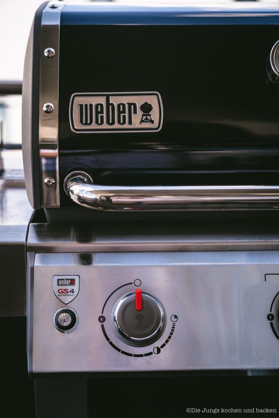 Full English Weber 3 | Grillen ist bei uns ein fester Bestandteil unserer Koch- und Backpassion! Gerade ist unser Grill natürlich im Dauereinsatz - wir sind aber auch mittlerweile passionierte Wintergriller. Das Wetter spielt bei uns, Dank überdachter Dachterrasse, auch gar keine Rolle mehr - und da wir mittlerweile ein wenig mehr Platz auf der Terrasse haben, ist ein neuer Grill bei uns eingezogen. Um den Weber Genesis® II gebührend einzuweihen, haben wir eine deftige Frühstückssause drauf zubereitet - ein Full English Breakfast vom Grill!!