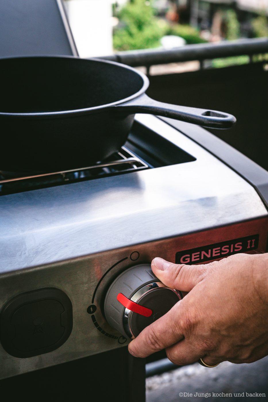 Full English Weber 6 | Grillen ist bei uns ein fester Bestandteil unserer Koch- und Backpassion! Gerade ist unser Grill natürlich im Dauereinsatz - wir sind aber auch mittlerweile passionierte Wintergriller. Das Wetter spielt bei uns, Dank überdachter Dachterrasse, auch gar keine Rolle mehr - und da wir mittlerweile ein wenig mehr Platz auf der Terrasse haben, ist ein neuer Grill bei uns eingezogen. Um den Weber Genesis® II gebührend einzuweihen, haben wir eine deftige Frühstückssause drauf zubereitet - ein Full English Breakfast vom Grill!!