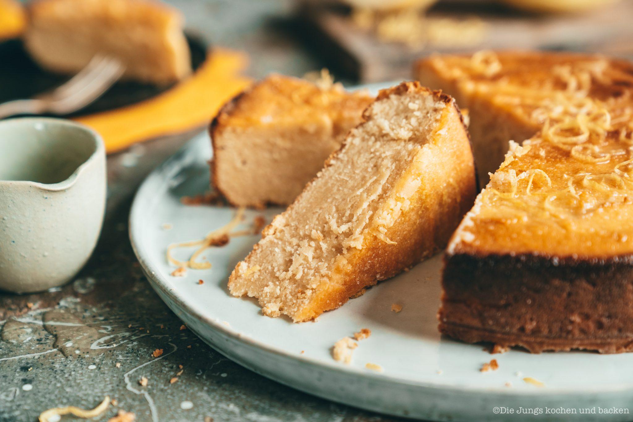 angeschnittener Kartoffelkuchen auf Tortenteller