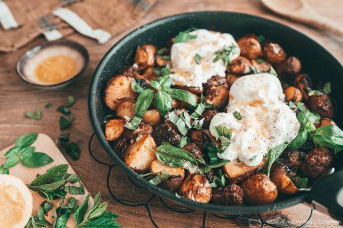 Rezept für geniale Sommer-Kartoffeln mit Burrata, Salsicia, Kräutern und Zitrone. Ein schnelle und einfaches Gericht für die Feierabendküche!