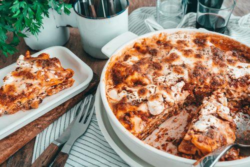 Gemüselasagen VilleroyBoch 18 | Fix auf dem Tisch - das ist ein Motto ganz nach unserem Geschmack. Wenn wir an flotte Gerichte denken, dann kommt einem ohne Zweifel Pasta in den Sinn. Daher haben wir uns mit lieben Bloggerkollegen zusammen getan und zeigen euch heute unkomplizierte, leckere Pastarezepte. Bei uns gibt es, ganz im Zauber der kommenden Jahreszeit, Pasta in Kürbis-Käse-Sauce. Soulfood in Bestform, das euch perfekt auf den Herbst einstimmt!