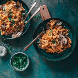 Kürbis Käse Pasta Fix auf dem Tisch 14 | Fix auf dem Tisch - das ist ein Motto ganz nach unserem Geschmack. Wenn wir an flotte Gerichte denken, dann kommt einem ohne Zweifel Pasta in den Sinn. Daher haben wir uns mit lieben Bloggerkollegen zusammen getan und zeigen euch heute unkomplizierte, leckere Pastarezepte. Bei uns gibt es, ganz im Zauber der kommenden Jahreszeit, Pasta in Kürbis-Käse-Sauce. Soulfood in Bestform, das euch perfekt auf den Herbst einstimmt!