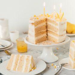 Lemon Mascrapone Torte 150jahre diamant 14 | 150 Jahre ist mal ein ehrenwerter Geburtstag - da hat die Oma Lore noch 55 Jahre vor sich. So oder so gehört zu einem Geburtstag eine Torte, oder? Wir hatten Lust auf eine herrlich frische Torte, die euch ein wenig Sommer-Feeling zurückbringt. Denn genau danach schmeckt diese Lemon-Mascarpone-Torte! Diamant Zucker hat zum großen Backen für ihren Geburtstag aufgerufen und da sind wir natürlich gerne mit dabei.