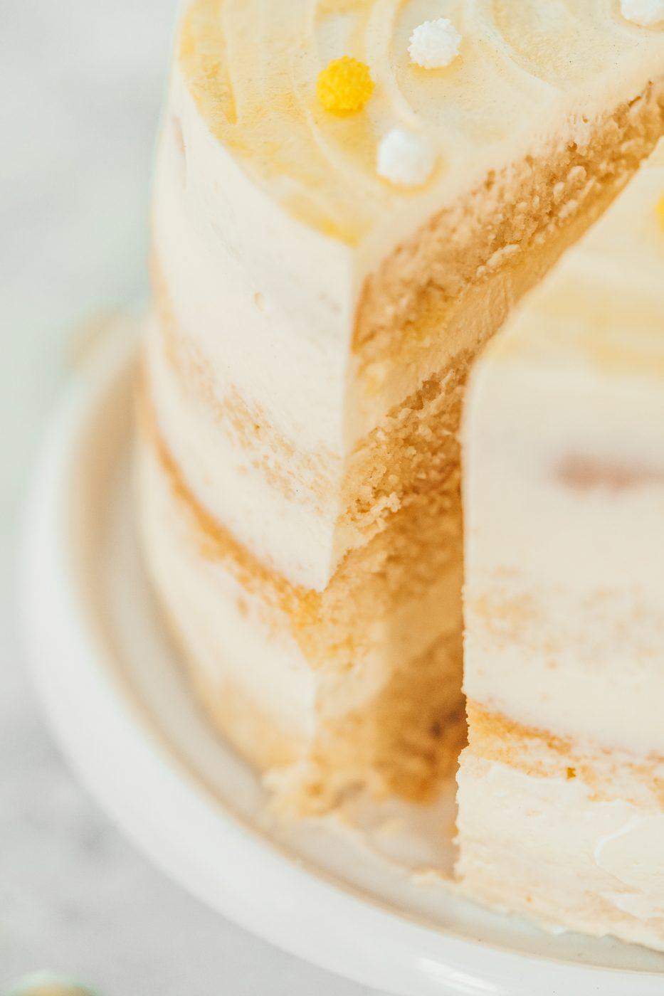 Lemon Mascrapone Torte 150jahre diamant 22 | 150 Jahre ist mal ein ehrenwerter Geburtstag - da hat die Oma Lore noch 55 Jahre vor sich. So oder so gehört zu einem Geburtstag eine Torte, oder? Wir hatten Lust auf eine herrlich frische Torte, die euch ein wenig Sommer-Feeling zurückbringt. Denn genau danach schmeckt diese Lemon-Mascarpone-Torte! Diamant Zucker hat zum großen Backen für ihren Geburtstag aufgerufen und da sind wir natürlich gerne mit dabei.