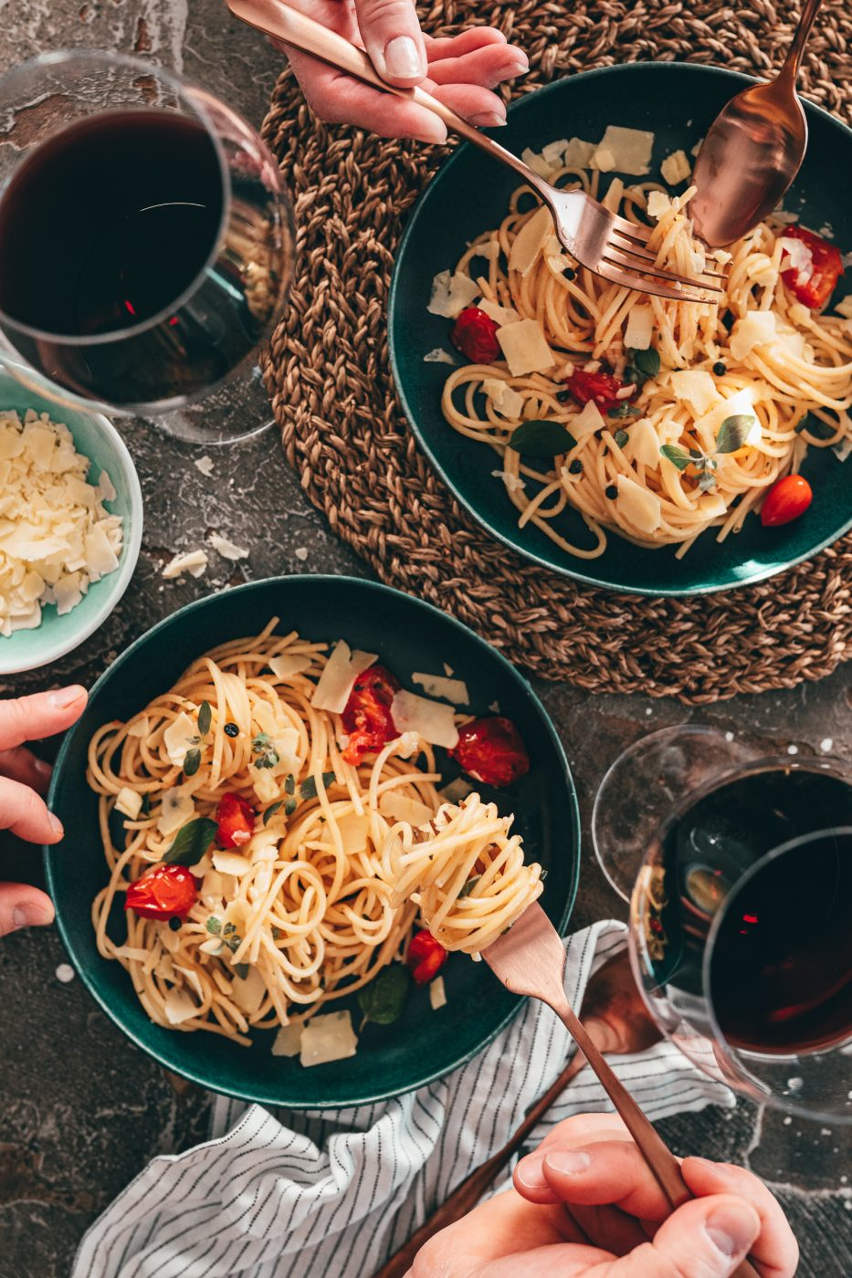 Spaghetti Aglio e Olio auf Teller und Gabel