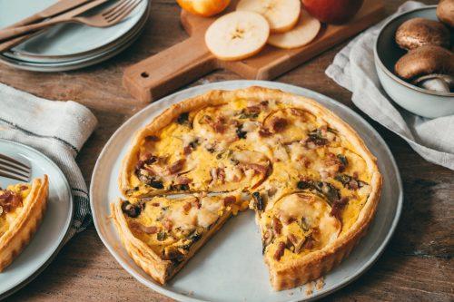 Rezept für eine leckere Cheddar-Apfeltarte. Blätterteig, feine Apfelscheiben und ganz viel Cheddar, sorgen für den perfekten Snack zur Mittagspause.