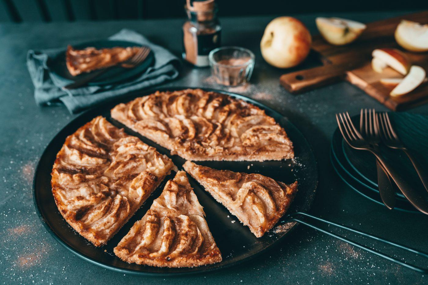 Knusper Apfelkuchen 20 11   Apfel geht einfach immer, oder?! Ganz egal, ob Apfelkuchen, Apfelgelee oder ein Dessert mit Äpfeln. Vor allem in den kalten Monaten ist er für uns immer ein Seelenwärmer. Die Kombination mit Zimt ist nahe der Perfektion und auch wenn er momentan keine Saison hat, bekommt ihr, Dank Lagerware, auch aktuell durchaus noch regionale Äpfel. Unser heutiges Rezept, der Hasselback-Apfel mit Crumble & Skyr, ist perfekt für den unkomplizierten Apfelgenuss mit Zutaten, die ihr bestimmt zu Hause habt.