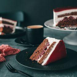 Schwarzwaelder Schneewitchenkuchen 3 | Vor ein paar Wochen haben wir euch ja unseren Streusel-Quarkkuchen gezeigt. Bevor es final dieser Kuchen geworden ist, hatten wir eine andere Idee für einen Hybridkuchen - Schwarzwälder Schneewittchenkuchen klang direkt nach einer verdammt guten Idee, oder?! Da das gute Stück mega lecker war, muss er einfach auch auf den Blog und wir hoffen, ihr seid von der Idee auch so angefixt!