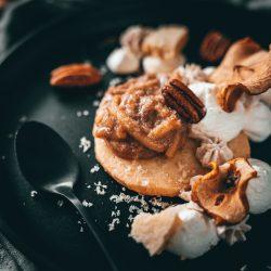 Apple Pie Dessert microplane 18 | Endlich wieder ein Dessert!!! Ich liebe Desserts, wie ihr wisst, und Schande über unsere Häupter - es ist viel zu lange her, dass wir ein neues auf den Blog gebracht haben. Microplane, der Hersteller unserer allerliebsten Küchenreiben, hat zum ultimativen Test gerufen und uns die Aufgabe gestellt, einen Klassiker als dekonstruierte Variante neu zu gestalten. Also haben wir gehobelt, gerieben und gejuliennet {ja ich weiß, das Wort gibt's nicht} und herausgekommen ist dieser dekonstruierte Apfelkuchen als wunderbar leckeres Dessert.