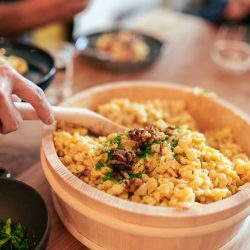 Kaesespaetzle 20 | Wenn ein Gericht unter dem Motto 'Käse' steht, dann sind es wohl dieKäsespätzle! Ein Gericht, das wir beide so gerne essen, in Vorarlberg wieder entdeckt, alle Utensilien aus Österreich mitgebracht und nun endlich ein Rezept für euch auf dem Blog haben - oh Happy Day! Käsespätzle sind ein Traditionsgericht in Vorarlberg und wie ihr wisst, lieben wir Klassiker und Traditionen. Typisch für Gerichte mit wenigen Zutaten gilt es auch hier, auf die Qualität der Zutaten zu achten, denn das macht es am Ende zu einem perfekten Erlebnis. Dank des Vorarlberger Bergkäses g.U. von Almasind wir da ja bestens ausgerüstet!