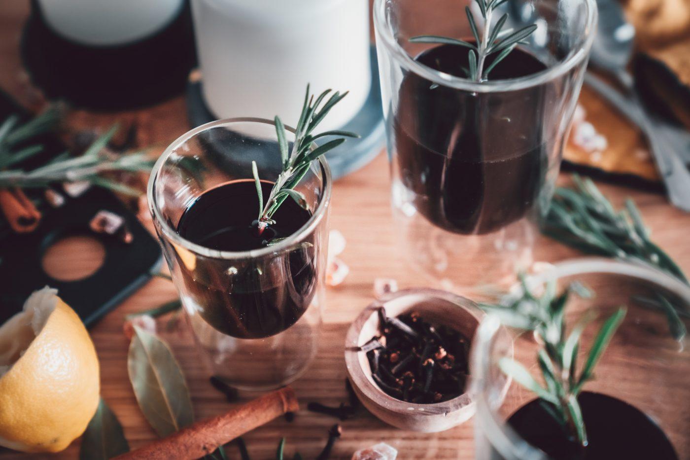 Portwein Punsch mit Rosmarin 22 | Was macht ihr, wenn die Tage kürzer werden und die Temperaturen sinken? Wir machen es uns dann extra gerne gemütlich, machen ein paar Kerzen an, werfen uns eine Decke über und schlürfen dabei unseren Portwein-Punsch mit Rosmarin. Wir genießen diese ruhigen Stunden und dabei ist ein wärmendes Heißgetränk genau der richtige Begleiter. Kräftiger Portwein, Lorbeerblätter, Pfeffer, Nelken & Co. sorgen für winterliche Aromen und der braune Kandis von Diamant Zucker rundet unseren Punsch wunderbar ab!