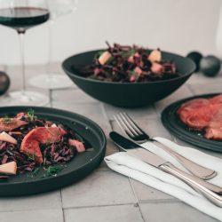 Rotkohlsalat mit Roastbeef La Boule Villeroy 19   Es ist Dezember! Keine Ahnung wie, aber dieses verrückte Jahr 2020 neigt sich tatsächlich dem Ende. Und wenn heute der 1. Dezember ist, bedeutet das auch eins - es ist Zeit das erste Türchen an eurem Adventskalender ui öffnen. Genau das machen wir heute auch und hüpfen direkt aus Tür Nummer 1 im Food Blogger Adventskalender 2020 und wir bringen euch ein tolles Vorspeisenrezept für euer Weihnachtsmenü inklusive Gewinnspiel mit. Unser Rotkohlsalat mit Roastbeefstreifen ist mal eine echt frische Alternative in Zeiten der deftigen Winterspeisen und daher solltet ihr euch das Rezept direkt abspeichern!