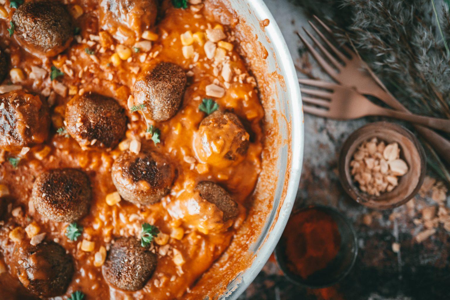 ZUVA Quinoa Baellchen 16 | Wir finden es wichtig, auch immer einen Blick über den Tellerrand zu wagen. Dazu gehört für uns auch schon recht lange, uns immer mal wieder an veganer Küche zu probieren. Wir sind mit Sicherheit keine Profis auf dem Feld, aber auch wir möchten mit Bedacht Fleisch konsumieren und dazu gehört eben dann auch mehr und mehr vegetarische Gerichte auf den Tisch zu bringen. Also haben wir aus Quinoa richtig geniale Quinoa-Bällchen geformt und mit einer unfassbar guten afrikanischen Erdnusssauce angerichtet!
