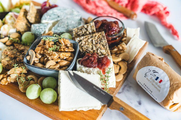 Genießt eine wunderbare Ziegenkäseplatte voller spannender Aromen. Dazu gibt es Rezepte für geröstete Rotweintrauben und einfaches Knäckebrot.