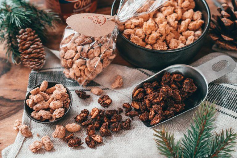 Rezept für 3 spannende Varianten gebrannte Erdnüsse. So holt ihr euch den Weihnachtsmarkt nach Hause oder habt das perfekte Geschenk aus der Küche!