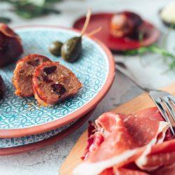 Rezept für Bratwurst-Bällchen mit Serranoschinken. Ein einfaches und schnelles Rezept für eine tolle Tapastafel.