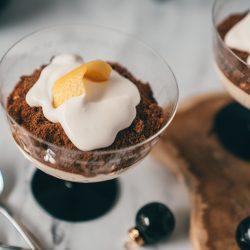 Lemon Cheesecake mit Champagner Creme Fraiche 6 | Glasdesserts bestechen immer stark durch ihre Einfachheit und das ist bestimmt auch ein Grund warum sie so beliebt sind. Sie sind einfach umzusetzen und brauchen nicht viel Chi-Chi und Spielerei. Außerdem lassen sich über die Schichten verschiedene Aromen einfach ganz wunderbar verschmelzen - das Ergebnis sind wahre Aromenfeuerwerke.
