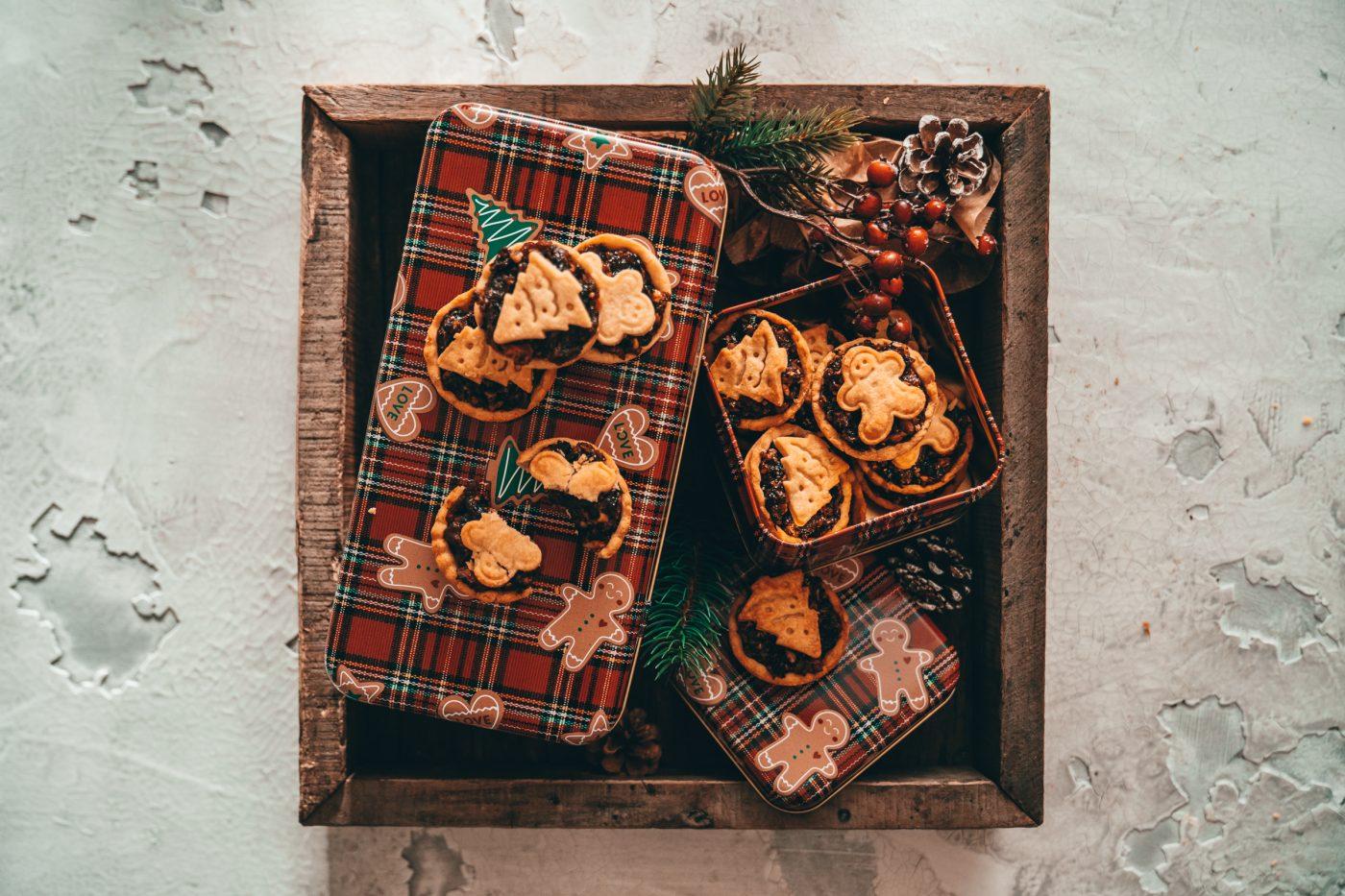 Mince Pie 11 | Weihnachten ohne einige Plätzchenklassiker geht einfach nicht, trotzdem schauen wir auch in jedem Jahr gerne über den Tellerrand und lassen uns von den Klassikern aus dem Ausland inspirieren! Dieses Jahr war es nicht so weit und wir sind bei den Weihnachtsrezepten aus Großbritannien hängen geblieben - dabei fiel uns der Begriff Mincemeatimmer wieder ins Auge. Als uns klar wurde, was das ist, mussten wir direkt in die Küche und herausgekommmen sind diese unwiderstehlichen Mince Pies.