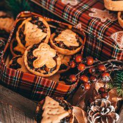 Mince Pie 6 | Weihnachten ohne einige Plätzchenklassiker geht einfach nicht, trotzdem schauen wir auch in jedem Jahr gerne über den Tellerrand und lassen uns von den Klassikern aus dem Ausland inspirieren! Dieses Jahr war es nicht so weit und wir sind bei den Weihnachtsrezepten aus Großbritannien hängen geblieben - dabei fiel uns der Begriff Mincemeatimmer wieder ins Auge. Als uns klar wurde, was das ist, mussten wir direkt in die Küche und herausgekommmen sind diese unwiderstehlichen Mince Pies.
