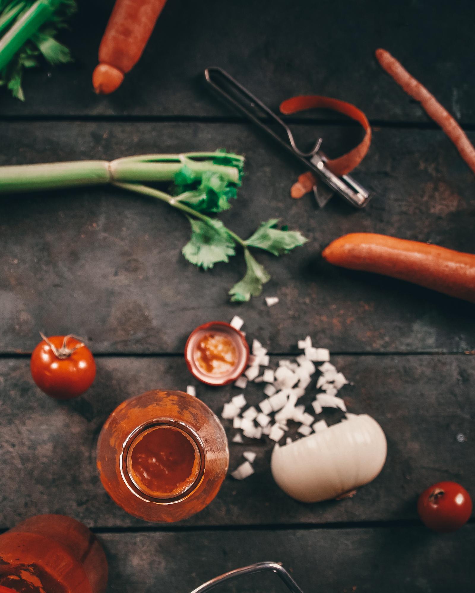 Passata 2020 5 | Und schon wieder hat uns Torsten's Mutter mit tollen Dingen aus ihrem Garten versorgt! Um ehrlich zu sein, war sie recht froh, dass sie einen dankbaren Abnehmer für die vielen reifen Tomaten gefunden hatte ;-). Kurz überlegt, was wir mit soviel der leckeren Früchte anstellen könnten, haben wir uns für eine Passata entschieden.