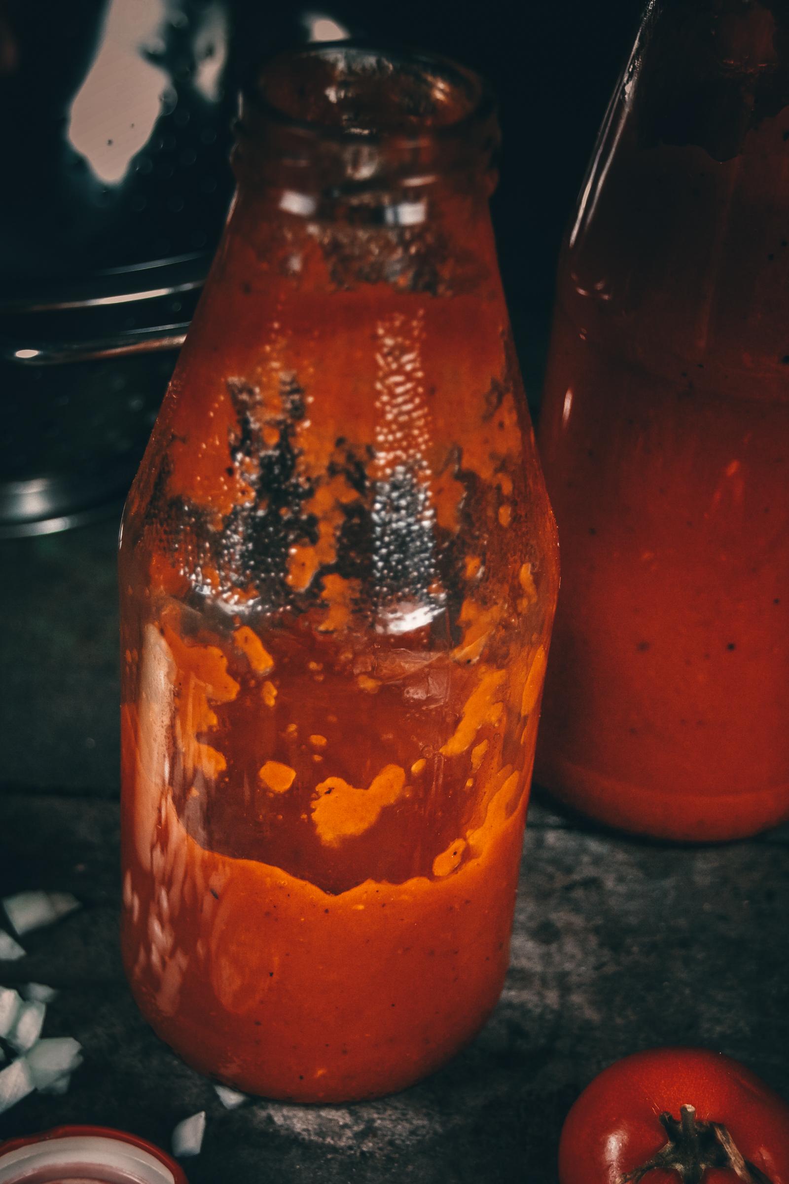 Passata 2020 6 | Und schon wieder hat uns Torsten's Mutter mit tollen Dingen aus ihrem Garten versorgt! Um ehrlich zu sein, war sie recht froh, dass sie einen dankbaren Abnehmer für die vielen reifen Tomaten gefunden hatte ;-). Kurz überlegt, was wir mit soviel der leckeren Früchte anstellen könnten, haben wir uns für eine Passata entschieden.