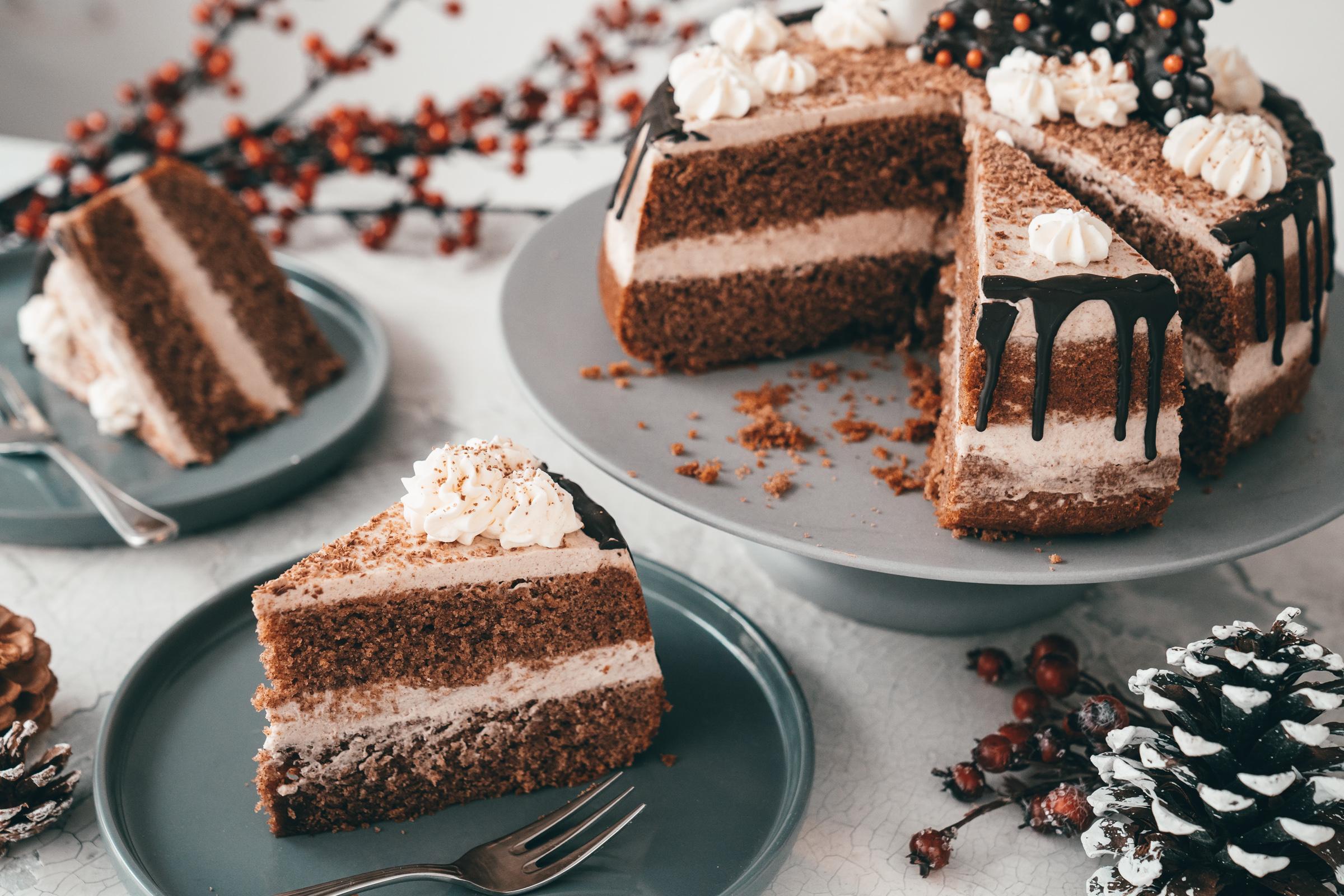 Rezept für eine geniale Zimt-Torte, die nach viel Aufwand aussieht und doch ganz einfach zu machen ist. Die perfekte Torte für die Weihnachtsfeiertage.