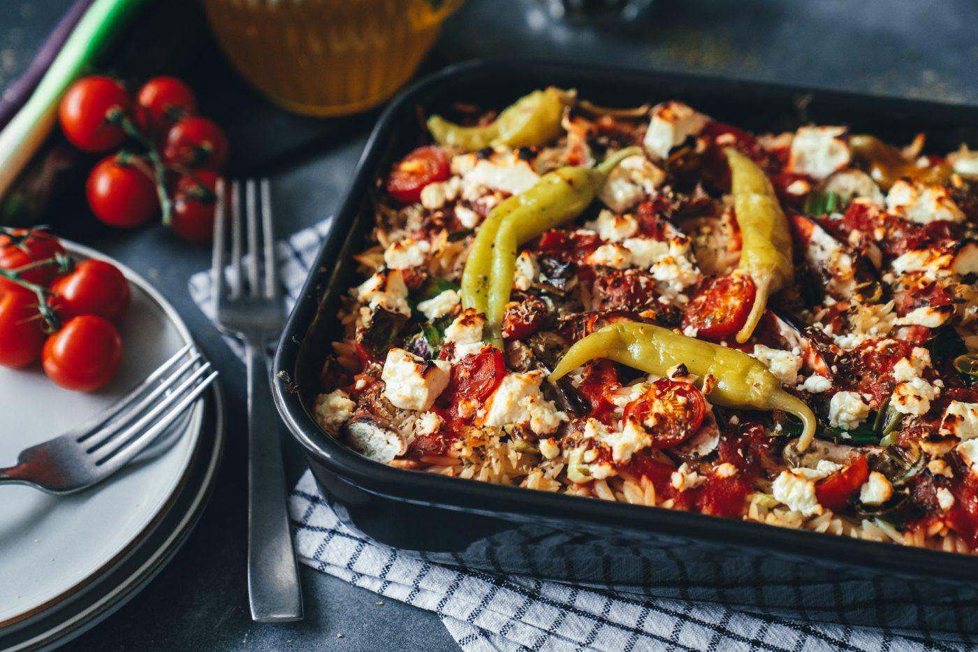 Rezept für einen schnell gemachten Nudelauflauf. Feta, Tomaten, Oregano und Peperoni machen dieses Gericht zu einem griechischen Aromenfeuerwerk. Probier es einfach aus!
