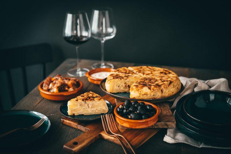 Rezept für eine spanische Tortilla. Diese Kartoffel-Tortilla darf auf keiner Tapas-Tafel fehlen! Schnell zubereitet und garantiert sau lecker.
