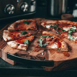 Sauerteig Pizza Pizzaiolo sage 22 | Pizza war bei uns viel zu lange nicht mehr auf dem Tisch. Also musste sich das dringend ändern - dabei haben wir uns gleich zweimal verliebt! Einmal in die Pizza mit Sauerteig und außerdem in den genialenSmart Oven Pizzaiolo von Sage. Für uns steht jetzt schon fest, dass unser Pizzateig in Zukunft immer mit Sauerteig zubereitet wird- das mal als kleiner Spoiler. Pizza ist aber definitiv eine dieser Leckereien, bei der die Art und Weise der Zubereitung essentiell ist und daher erzählen wir euch auch von unseren ersten Erfahrungen mit dem smarten Pizzaofen - LOS GEHT'S!
