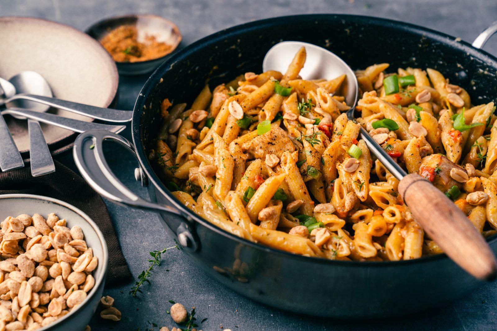 Cajun Penaut Pasta ueltje 13 | Wir zelebrieren den Tag der Erdnuss! Was darf bei einer ordentlichen Party nie fehlen? Eine standesgemäße Torte natürlich - in diesem Fall eine Apfel-Erdnuss-Torte. Gemeinsam mit unserem Partnerültjeladen wir euch ein, mitzufeiern, denn die Erdnuss ist jede Party wert. Die Erdnuss gepaart mit Apfel gibt eine wunderbar fruchtige Kombination, die mit einem italienischen Biskuit und einer leichten Buttercreme einfach unwiderstehlich lecker ist.