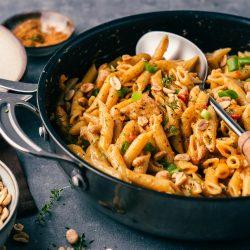 Cajun Penaut Pasta ueltje 13   Unsere Leidenschaft für die Erdnuss geht weiter und wir dürfen auch in diesem Jahr als Erdnussbotschafter mit ültje zusammen tolle und leckere Gerichte kochen und auch backen. Wie ihr wisst, lieben wir die Erdnuss und die unzähligen Möglichkeiten, die sie bietet, um unsere Fantasie in der Küche zu beflügeln. Und weil wir solche Rezepte gerne auch einmal für ein schnelles Lunch kochen, haben wir uns eine cremige Erdnuss One-Pot-Pasta im Cajun-Style ausgedacht. Ein absolutes Muss!