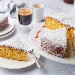 Coco Jam bo Cake 14 | Manchmal ist einfach, einfach lecker! Wir sind Fans von schnellen und unkomplizierten Kuchenrezepten. Genau in diese Kategorie fällt unser Coco Jam(bo) Cake, denn den bekommt jeder hin und das Ergebnis ist unverschämt lecker, saftig und fruchtig. Genau wie Kuchen eben sein soll!